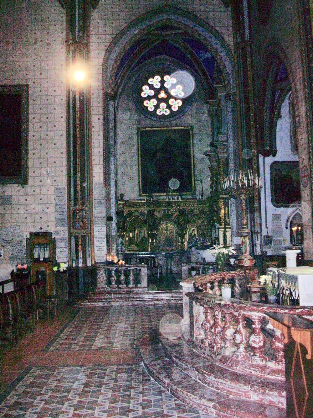 Große schwarze dicke Kirche